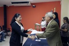 Luis Argueta Antillón, integrante del Pleno, entegrando credenciales a nueva integrante de CEG.