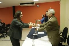 Lic. Argueta, integrante del Pleno del TEG, entrega credenciales a nuevos miembros de CEG