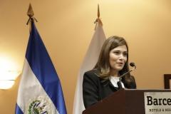 Antonia Caballero de Simán, graduando con mención honorífica.
